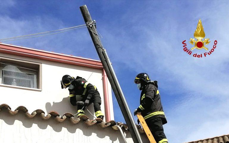 Teulada: cede un palo della rete telefonica e i cavi finiscono sulla strada