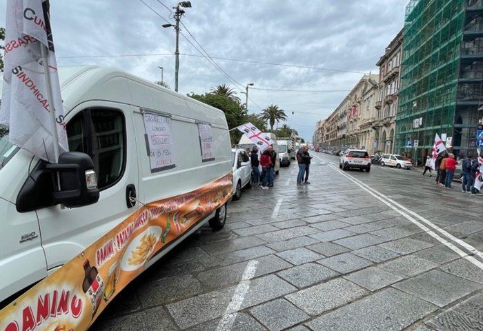 Cagliari, la protesta di ambulanti e giostrai: via Roma bloccata