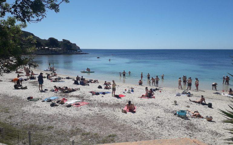 (FOTO) Zona arancione, zona balneare: prove d'estate oggi tra Calamosca e il Poetto