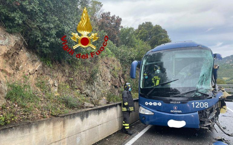Bus Arst con a bordo 37 studenti si scontra contro un tir: paura a bordo, ferito il conducente