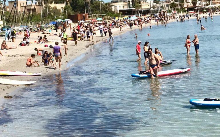 La foto. Prima fermata del Poetto: tantissimi cagliaritani in spiaggia pronti a dire addio alla zona arancione