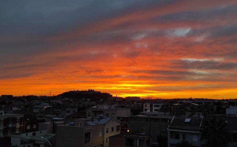 """Tramonto da sogno oggi a Cagliari: il cielo si """"incendia"""" di bellezza"""