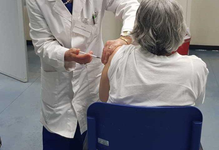 Vaccini, ora è ufficiale: terza dose per over 80 e per ospiti delle Rsa