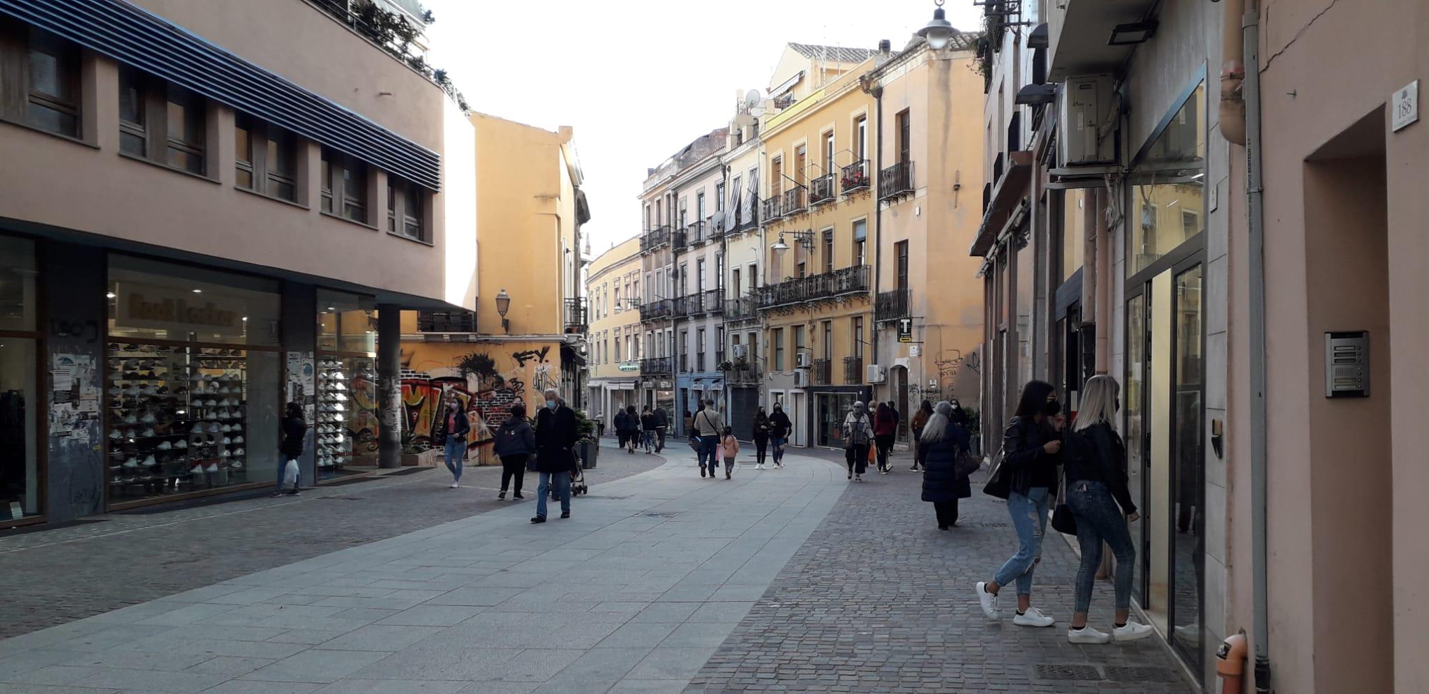 Cagliari in zona arancione: su le serrande dei negozi nelle vie dello shopping