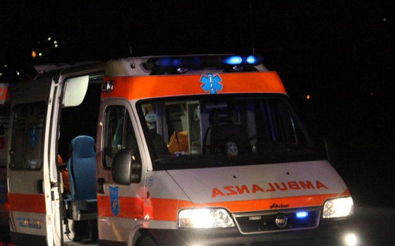 Scontro frontale fra due auto nella notte: muore un uomo di 40 anni