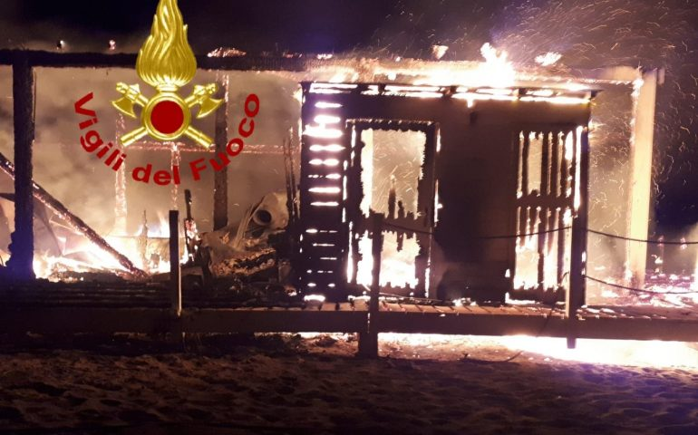 (FOTO) Chiosco in spiaggia devastato dalle fiamme nella notte