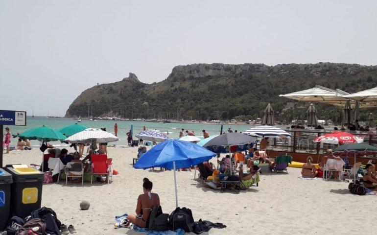 """Clima estivo bollente in questa domenica di giugno: la spiaggia del Poetto """"rifugio"""" dal tanto caldo e dall'afa pesante della città"""