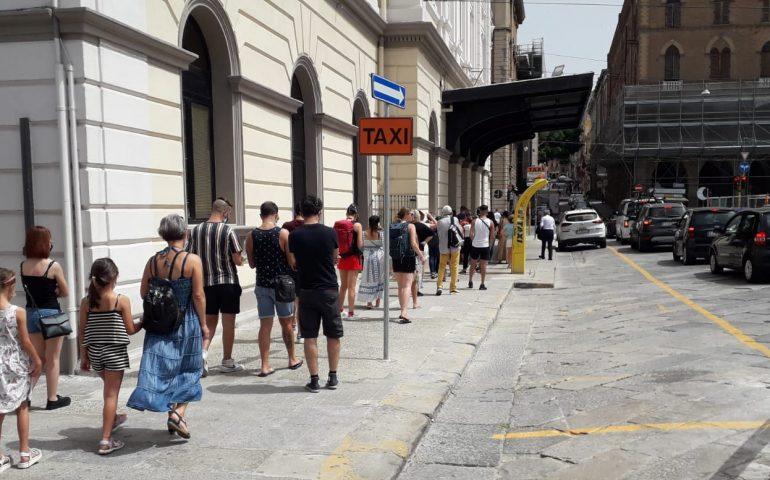 La foto. Cagliari, tutti in fila alla stazione per il tampone gratuito