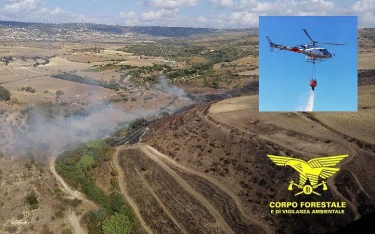 Fuoco e fiamme in Sardegna nella calda domenica di giugno: l'intervento di due elicotteri del Corpo Forestale
