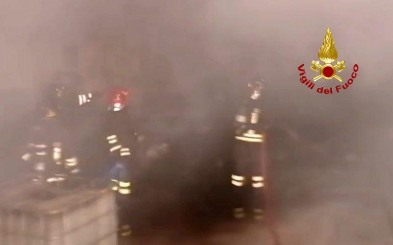 Elmas, incendio nella notte in un capannone: in fiamme olii industriali, plastica e attrezzature