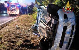 Auto esce di strada e finisce in un dirupo: una donna ferita trasportata all'ospedale