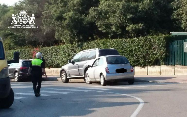 Monte Urpinu: perde il controllo dell'auto di fronte all'ingresso del parco e si schianta su macchina parcheggiata
