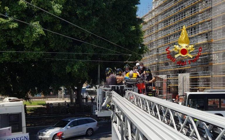 Cagliari, operaio colpito da un'asta in piazza Matteotti: soccorso e portato all'ospedale
