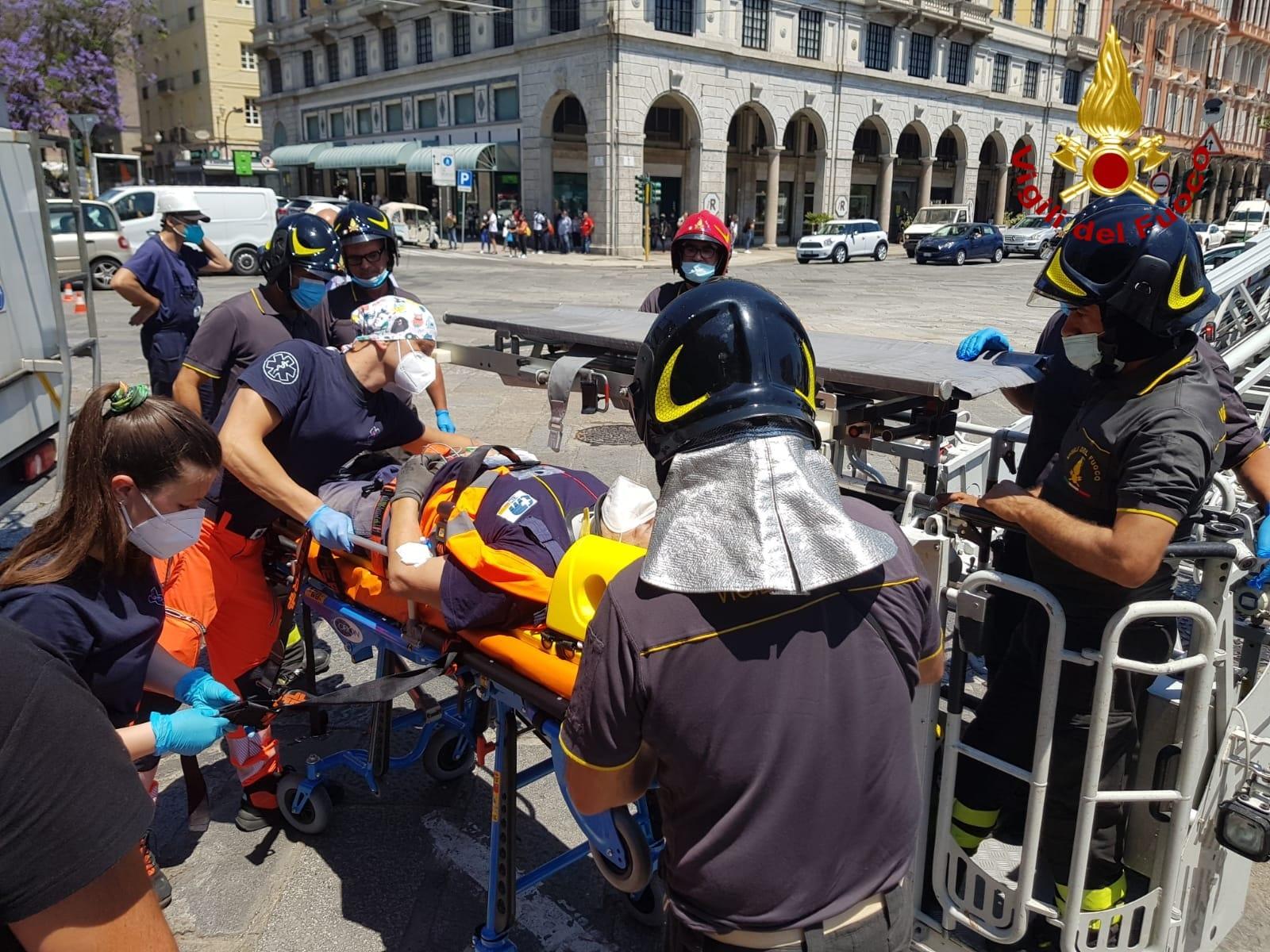 incidente-operaio-piazza-matteotti-cagliari (1)