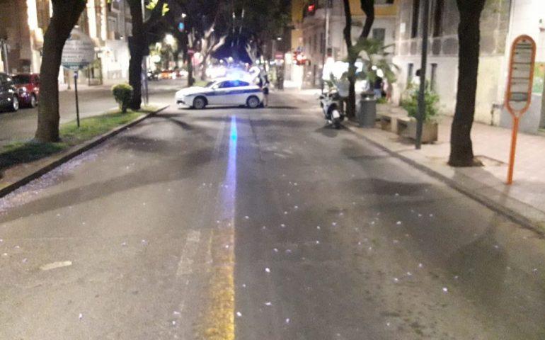 Incidente stradale in pieno centro a Cagliari, scooterone tampona un'auto e due 18enni finiscono sull'asfalto: uno è in codice rosso