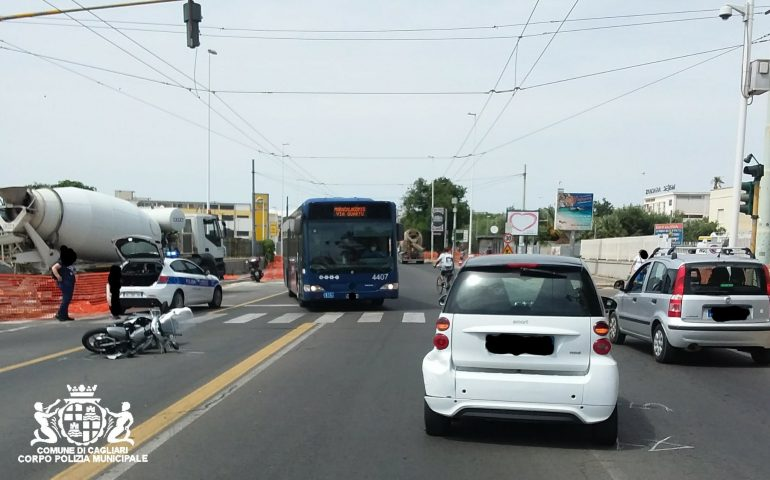 Cagliari, l'auto si ferma al semaforo e lo scooter la tampona: 22enne al pronto soccorso