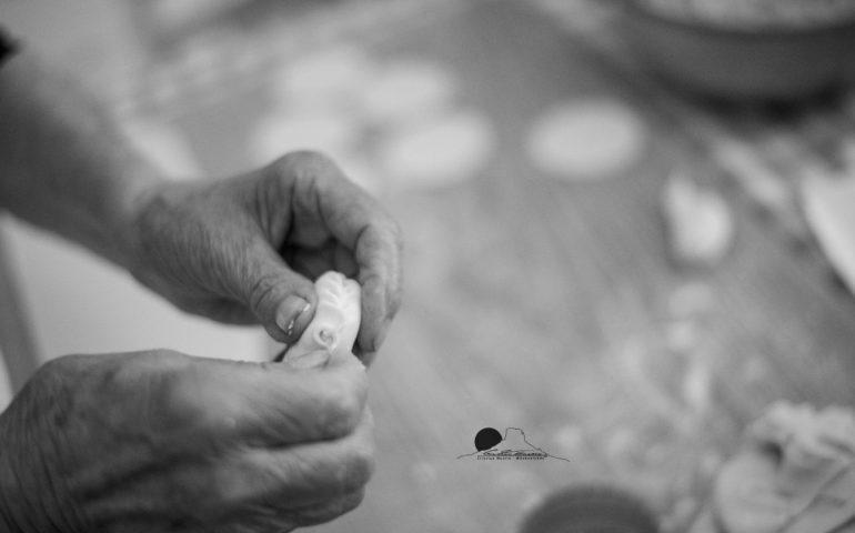 """(FOTO) Ogliastra, donne di tre generazioni durante il """"rito"""" della preparazione dei culurgiones"""