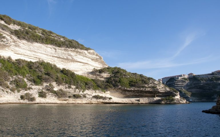 Pescano in un'area marina protetta: tre pescatori sardi estradati in Francia