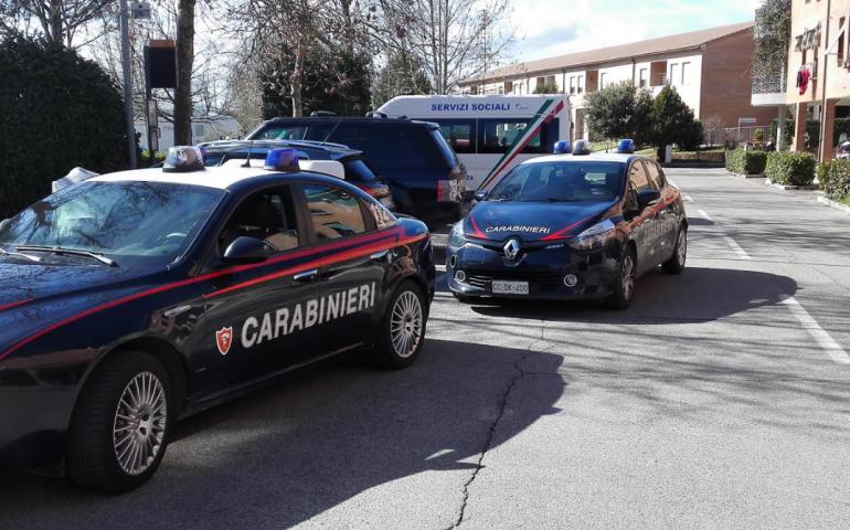 Accoltella il figlio 30enne a un fianco: denunciato dai carabinieri