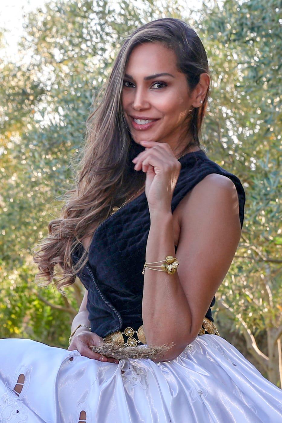 "L'artista Adriana Regina dos Santos con i suoi gioielli in ""capim dourado"""