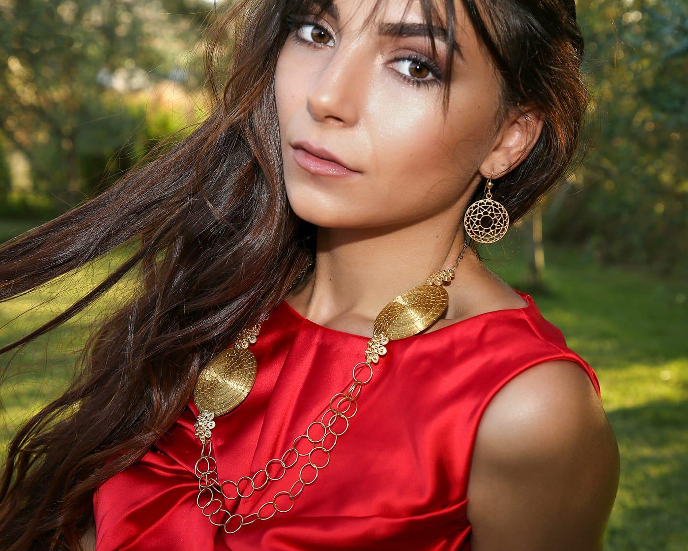 Una modella con indosso i gioielli del Prezioso