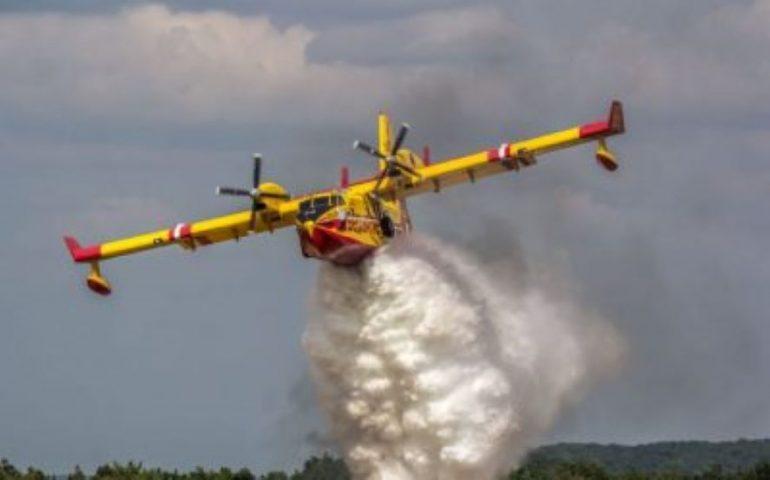 Fiamme in Sardegna, l'Oristanese in ginocchio e 10mila ettari distrutti dal fuoco: chiesto all'Ue l'invio di velivoli, 2 canadair in arrivo dalla Francia