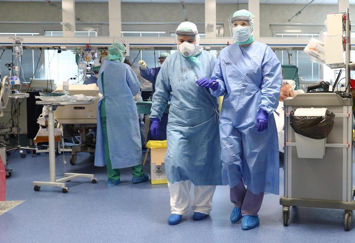 Covid-19, contagi in calo ma ricoveri in aumento nelle terapie intensive: 99 nuovi casi e 3 vittime