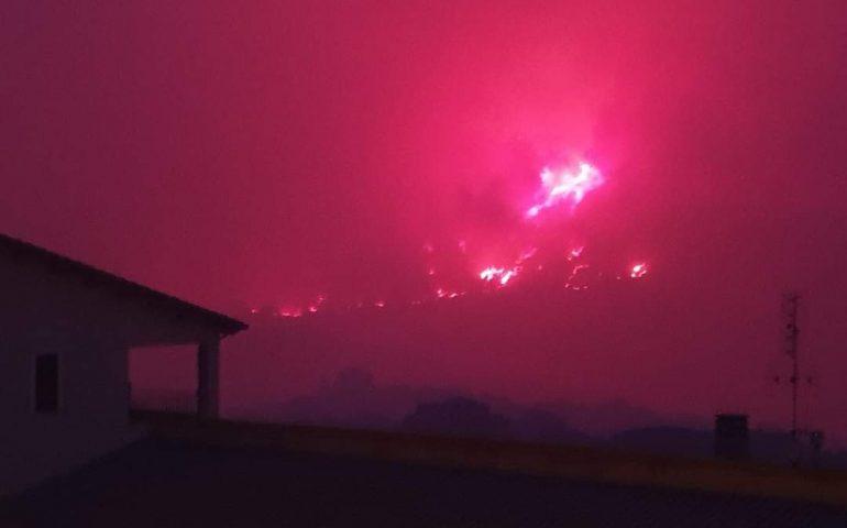 Centinaia di persone evacuate, case lambite dalle fiamme e aria irrespirabile a Cuglieri: la cronaca dell'inferno di fuoco