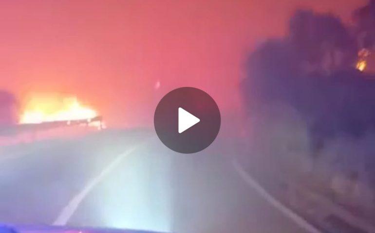 """(VIDEO) Il video impressionante del mezzo della Protezione Civile nel mezzo dell'""""inferno di fuoco"""""""