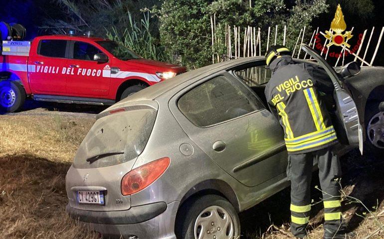 Incidente nella notte: auto esce di strada, conducente estratto dai vigili del fuoco