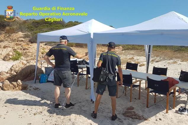 Con lo yacht a Mortorio, australiano piazza gazebo e campo da beach volley: denunciato