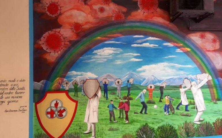 Al Santissima Trinità il bel murale di Agnes e Luca: un omaggio al grande lavoro e sacrificio di medici e sanitari