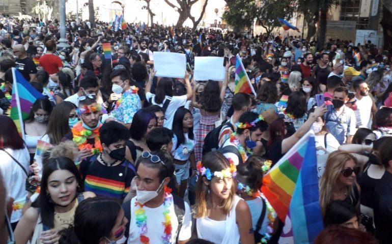 """(GALLERY E VIDEO) L'Onda Pride dilaga anche a Cagliari: non chiamatela """"Carnevalata"""", la fame di diritti è serissima"""
