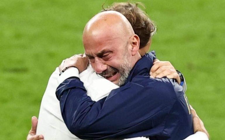 """L'abbraccio in lacrime tra Vialli e Mancini: sicuri che il calcio sia """"solo uno sport""""?"""