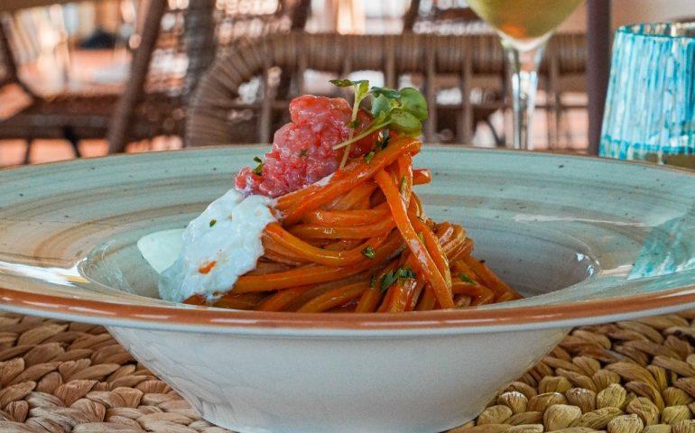 Tagoo Beach Club, un viaggio gastronomico vista mare: al Poetto dal pescato di qualità alla pizza gourmet napoletana