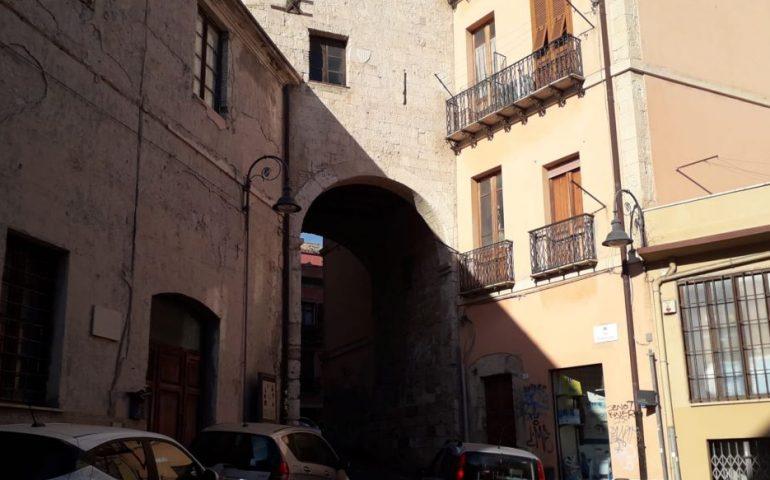 Lo Sapevate? La torre dello Sperone, inglobata fra i palazzi resiste al tempo nel cuore di Stampace