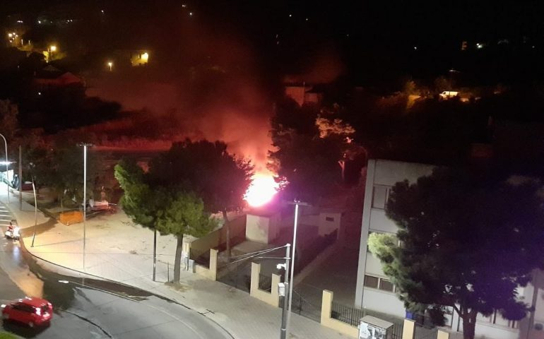 Ennesimo incendio nello sterrato di via Cadello: il caso esplode in Consiglio Comunale