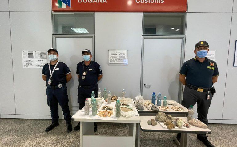 Sardegna depredata: sequestrati in aeroporto 10 kg di sabbia, 240 conchiglie e 1.300 sassolini