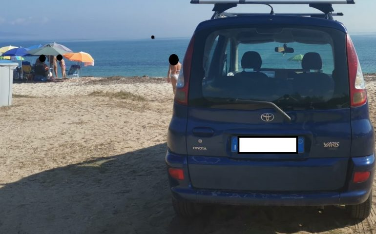 Parcheggia l'auto in spiaggia sulla sabbia e va a farsi una gita in gommone: sanzionato un uomo