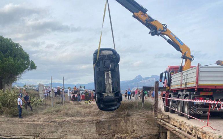 Sardegna, auto precipita in un canale: una donna ferita