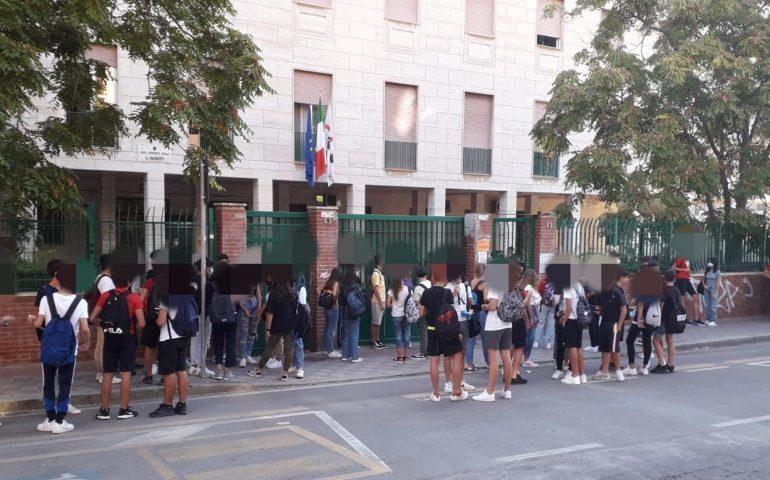 Suona la campanella, inizia l'anno scolastico in Sardegna: quasi 200mila studenti sui banchi e docenti col green pass