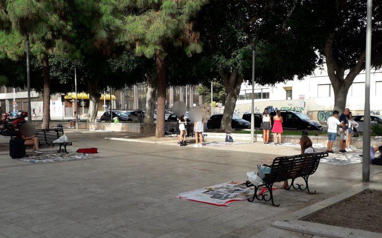 Sempre vivo a Cagliari il mercatino dei libri scolastici in piazza Giovanni XXIII: tanti a caccia di testi a buon prezzo