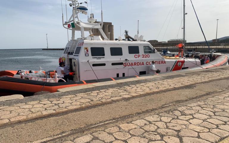 Barchino con 9 migranti libici e algerini soccorso dalla Guardia Costiera: a bordo due donne e un minore