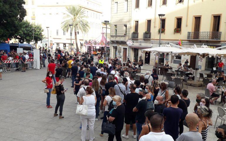 Effetto green pass esteso, in piazza Garibaldi l'Open Night&Day fa pienone: lunghe file per il vaccino