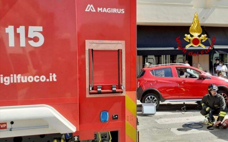 Quartu, donna investita resta incastrata sotto l'auto: i Vigili del fuoco la soccorrono