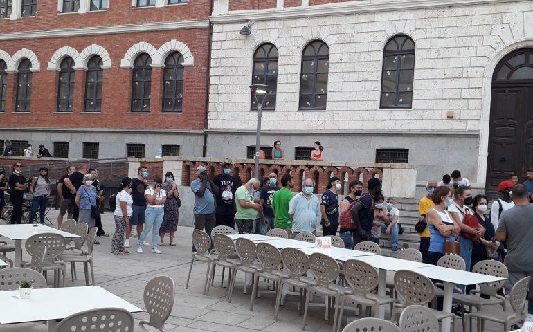 Piazza Garibaldi, anche tanti stranieri per il vaccino: tra necessità di lavorare e voglia di viaggiare