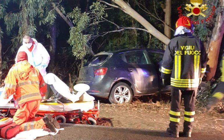 Sardegna, auto esce fuori strada e si schianta negli alberi: tre feriti in gravi condizioni