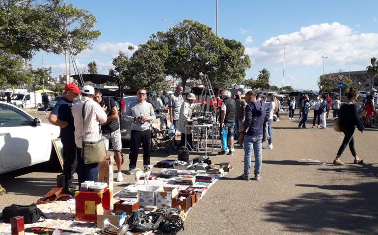 """(FOTO) A Sant'Elia il mercatino della domenica, gli """"affari"""" del weekend sotto il sole cagliaritano"""