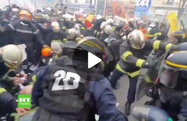 (VIDEO) Parigi: la Polizia manganella i Vigili del fuoco in sciopero