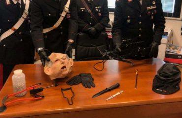 Indossa la maschera di Bertinotti armato di balestra: frecce contro il vicino